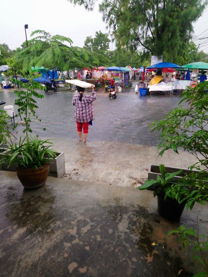 Mulher tailandesa do arquivo da atribuição encalhada após a tempestade influenciada pelo tufão Trami em Banguecoque, Tailândia imagens de stock royalty free