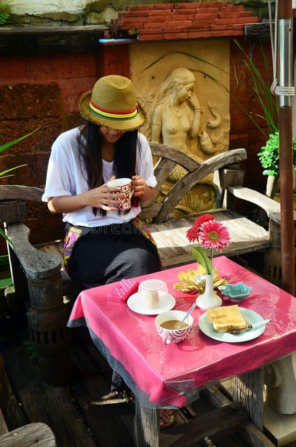 Mulher tailandesa do retrato com o café da manhã na manhã no recurso Tailândia imagens de stock royalty free