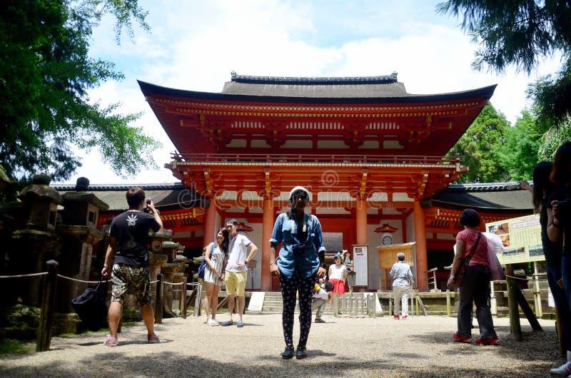 Mulher tailandesa e viajante que andam no santuário de Kasuga imagens de stock royalty free