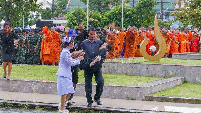 Mulher tailandesa fraca durante a cerimônia de lamentação imagens de stock