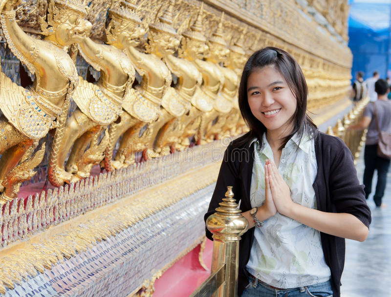 Mulher tailandesa no templo fotos de stock