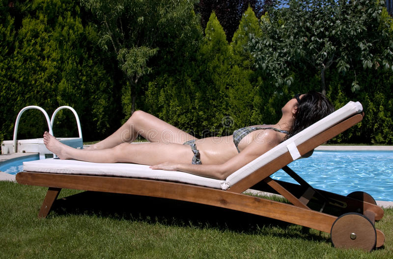 Mulher Tanning fotografia de stock royalty free