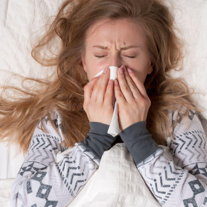 A mulher tem o frio, a gripe e a febre alta foto de stock royalty free