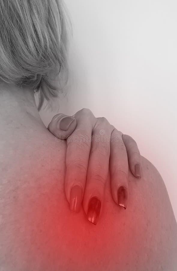 A mulher tem o problema da osteodistrofia do conceito do tratamento do sintoma do ombro imagem de stock royalty free
