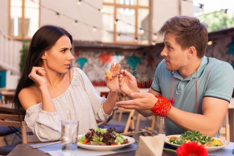 Mulher temperamental que não tem nenhum apetite quando seu homem que dá lhe o alimento fotos de stock