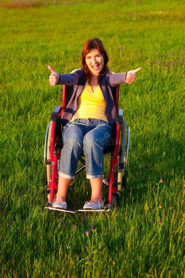 Mulher tida desvantagens na cadeira de rodas fotografia de stock royalty free