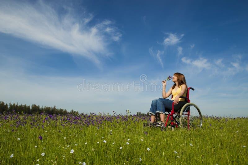 Mulher tida desvantagens na cadeira de rodas fotografia de stock