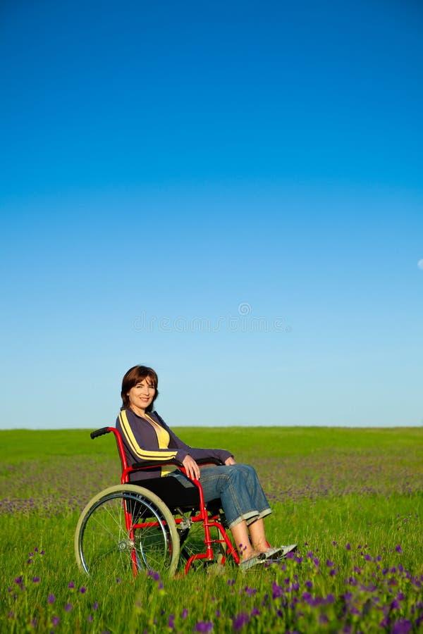 Mulher tida desvantagens na cadeira de rodas imagens de stock royalty free