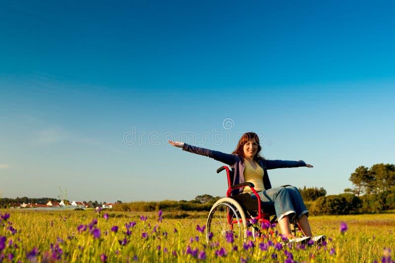Mulher tida desvantagens na cadeira de rodas foto de stock royalty free