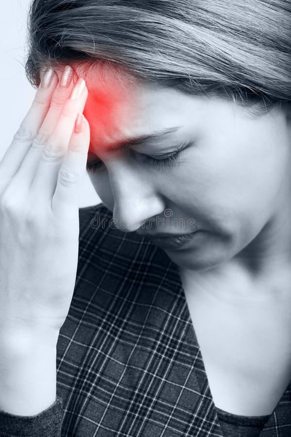Mulher Tired com dor de cabeça ou enxaqueca imagem de stock royalty free