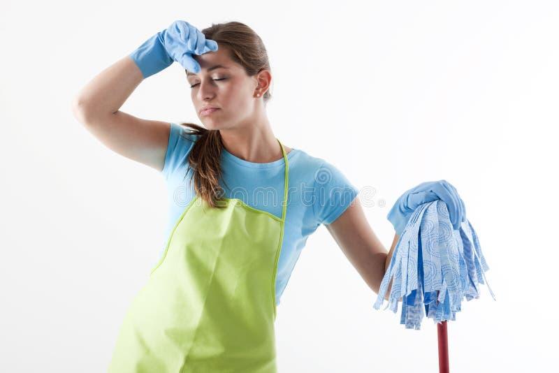 Mulher Tired que faz a limpeza foto de stock