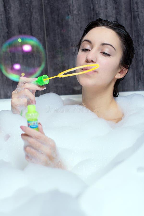 A mulher toma o banho fotos de stock royalty free
