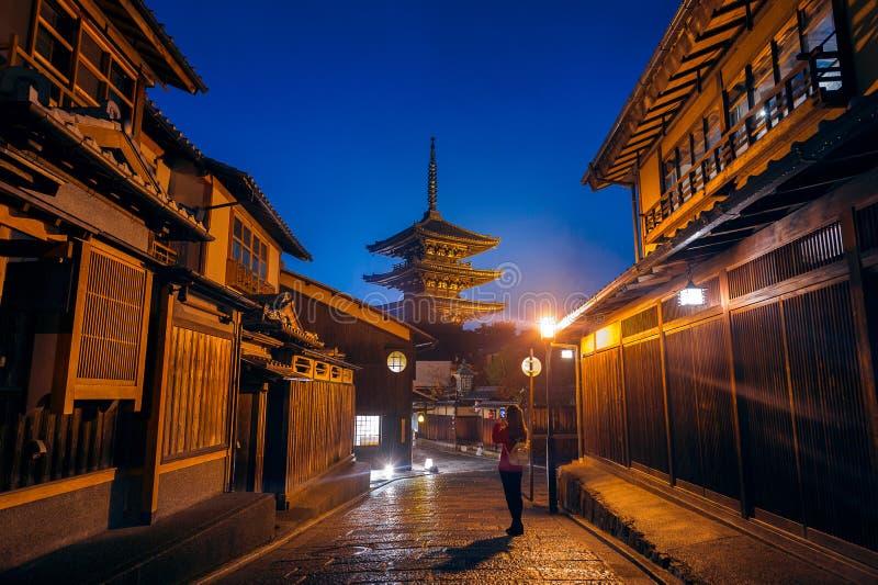 A mulher toma uma foto no pagode de Yasaka e a rua de Sannen Zaka em Kyoto, Japão imagens de stock royalty free