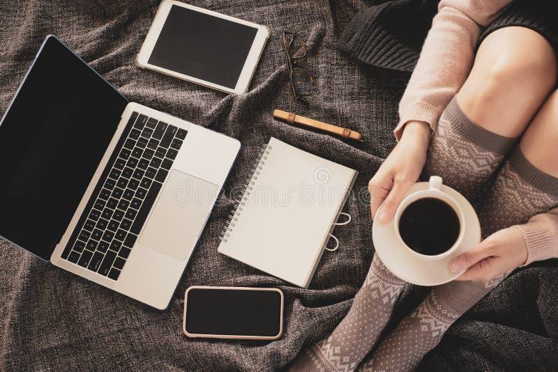 Mulher trabalha em casa para ficar em casa por ordem de pandemia de coronavírus trabalho online e aprendizagem em cama com o lapt fotografia de stock royalty free