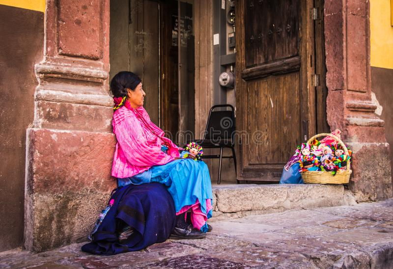 Mulher tradicional mexicana que vende bonecas
