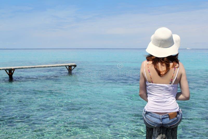 Mulher traseira do turista no mar de turquesa de Formentera fotos de stock