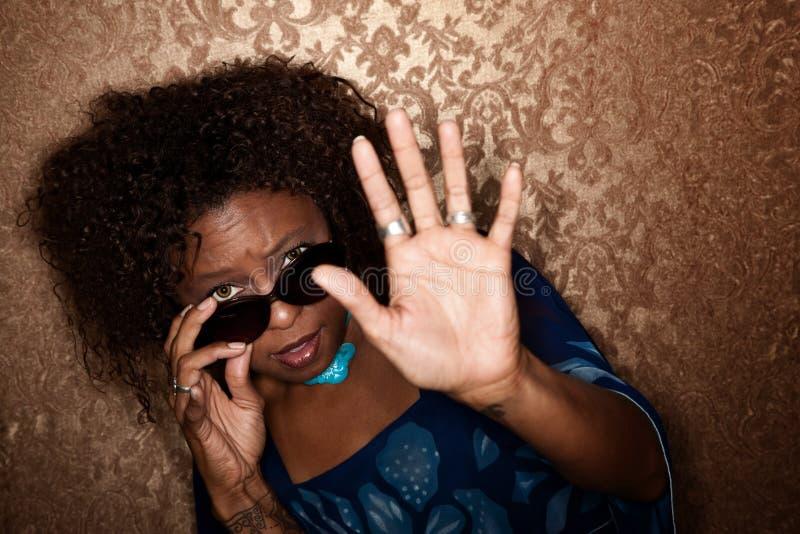 Mulher travada no flash de um fotógrafo fotos de stock royalty free