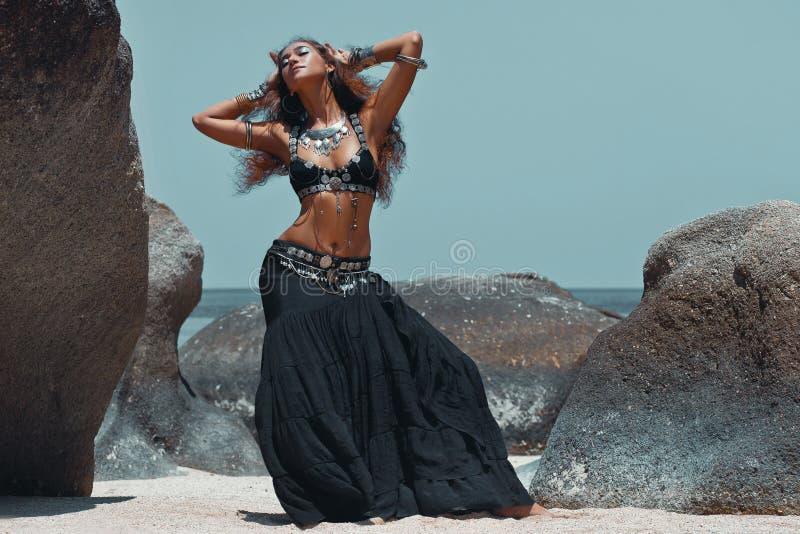 Mulher tribal bonita na praia foto de stock royalty free
