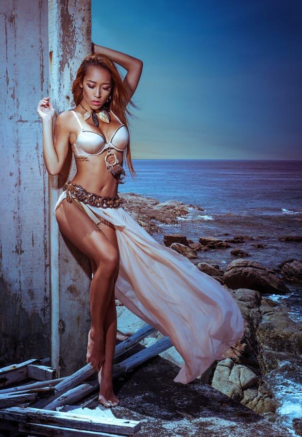 Mulher tribal misteriosa foto de stock royalty free