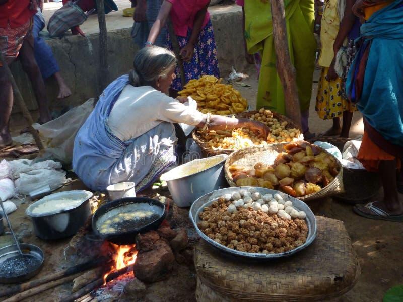 A mulher tribal vende petiscos recentemente feitos foto de stock royalty free