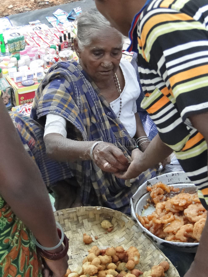 A mulher tribal vende petiscos recentemente feitos fotos de stock royalty free