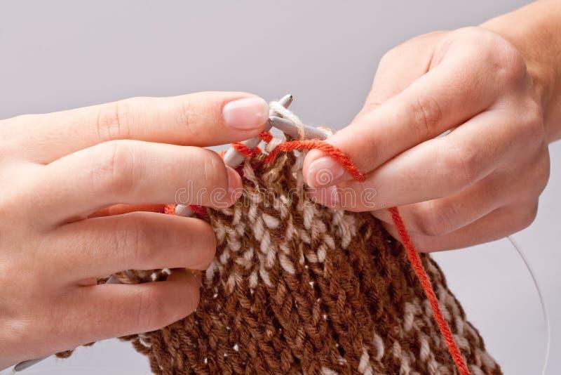 A mulher tricota manualmente o fio para confecção de malhas foto de stock royalty free