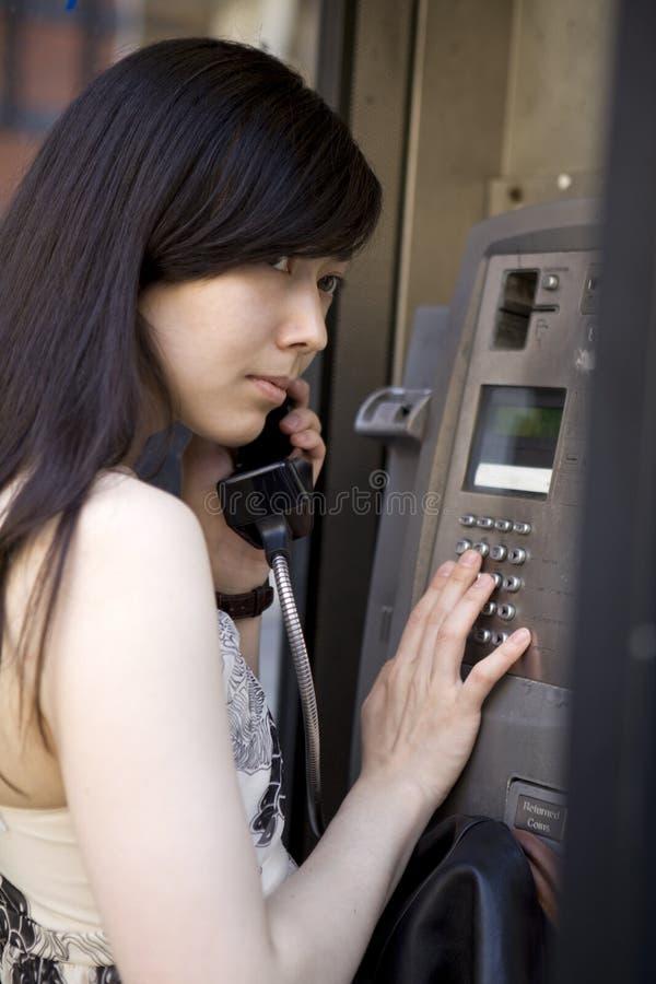 Mulher triguenha asiática que fala no telefone imagens de stock
