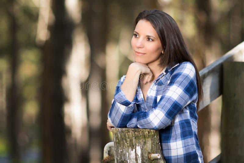 Mulher triguenha bonita imagem de stock