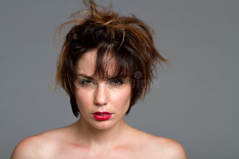 Mulher triguenha bonita com cabelo desarrumado imagens de stock