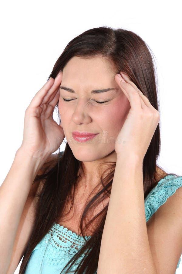 Mulher triguenha bonita com dor de cabeça imagem de stock