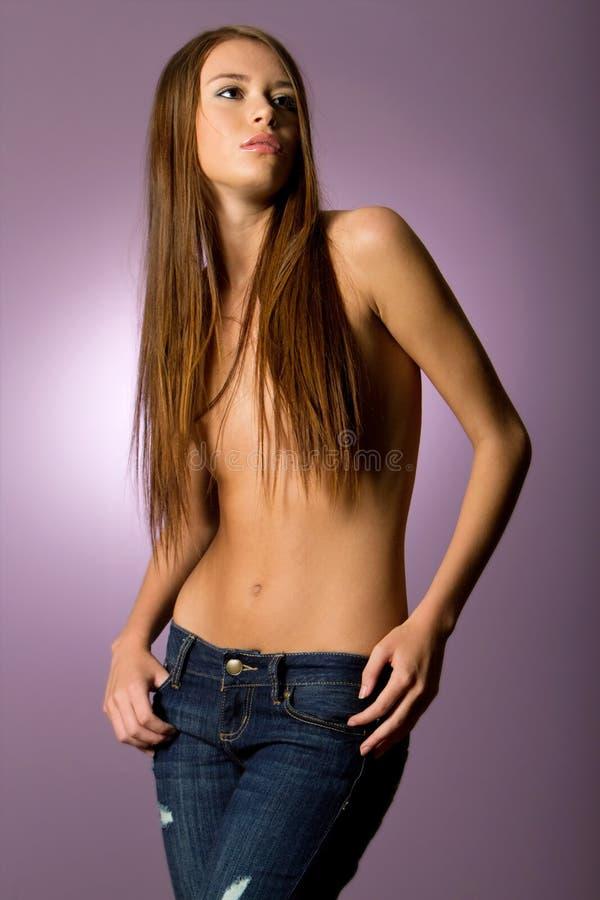 Mulher triguenha bonita na calças de ganga imagens de stock royalty free