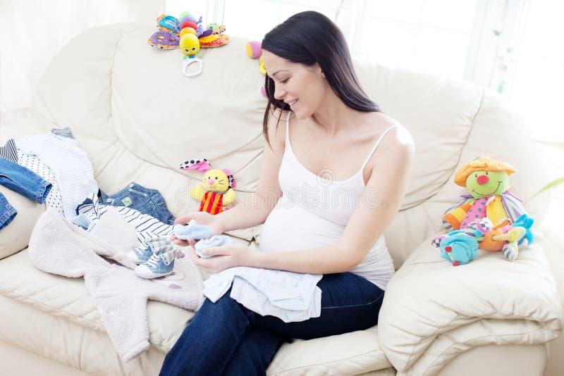Mulher triguenha caucasiano grávida feliz fotografia de stock royalty free