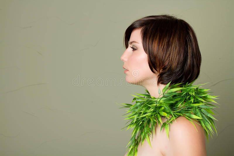 Mulher triguenha com cabelo curto foto de stock royalty free