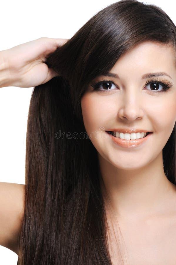 Mulher triguenha com cabelos saudáveis fotografia de stock royalty free