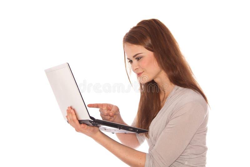 Mulher triguenha com portátil fotografia de stock