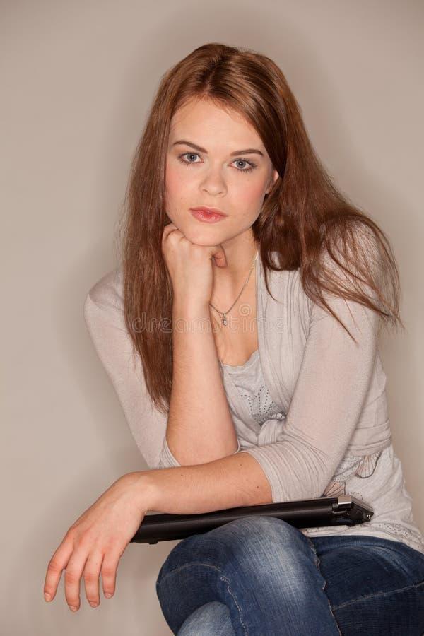 Mulher triguenha com portátil foto de stock royalty free