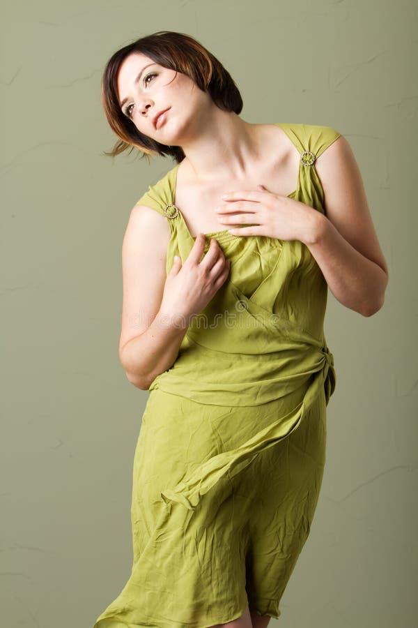 Mulher triguenha do cabelo curto com vestido verde fotos de stock royalty free