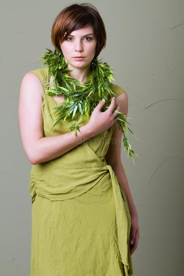 Mulher triguenha do cabelo curto com vestido verde foto de stock