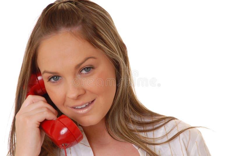 Mulher triguenha encantadora no telefone foto de stock royalty free