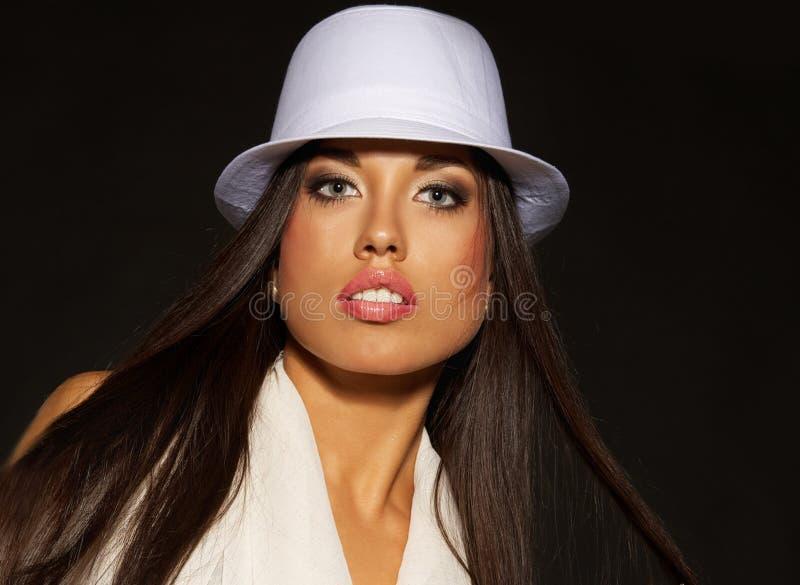 Mulher triguenha no chapéu branco foto de stock royalty free