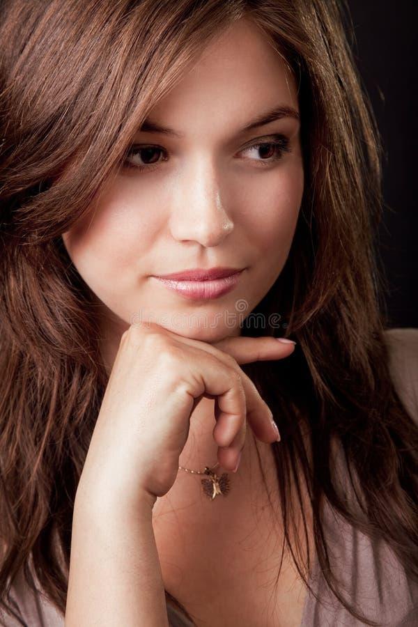 Mulher triguenha nova bonita pensativa imagem de stock royalty free