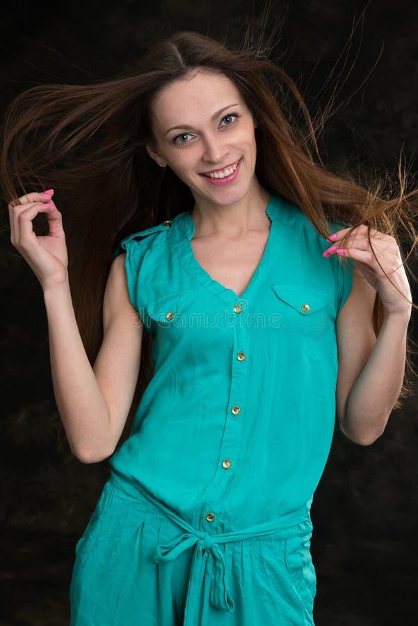 Mulher triguenha nova com cabelo longo do vôo imagens de stock royalty free
