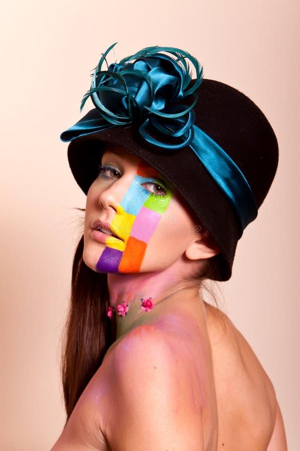 Mulher triguenha nova com composição colorida fotos de stock royalty free