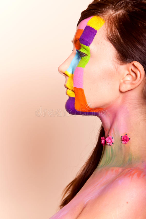Mulher triguenha nova com composição colorida fotografia de stock royalty free