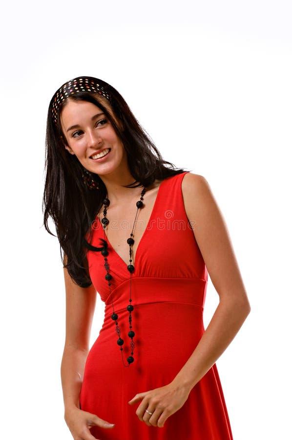 Mulher triguenha nova em um vestido vermelho imagens de stock royalty free