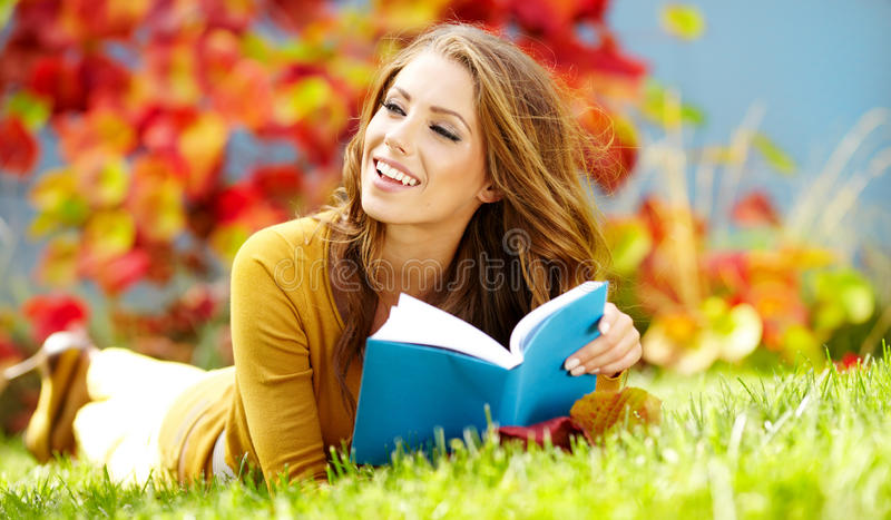 Download Mulher Triguenha Que Lê Um Livro Foto de Stock - Imagem de brunette, relaxado: 26517290