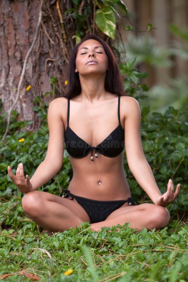 Mulher triguenha que meditating fotos de stock