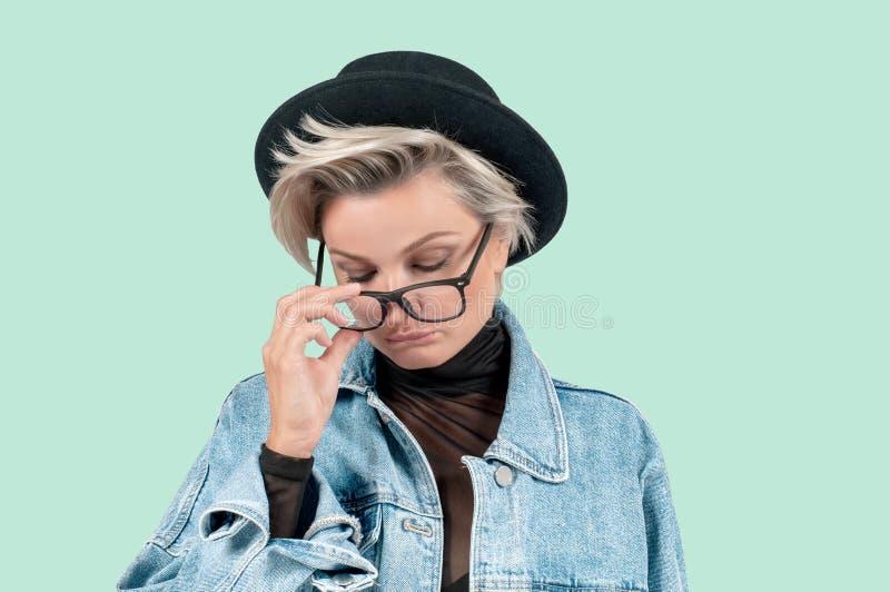 Mulher triste bonita com sentimento sério da expressão facial no fundo verde fotos de stock