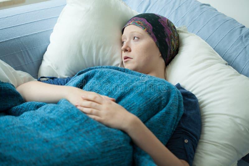 Mulher triste com câncer imagem de stock