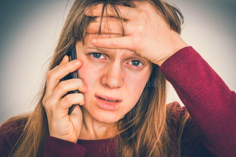 Mulher triste com telefone celular - conceito das más notícias imagem de stock
